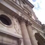 Le Louvre, colonnes dans la grande cour